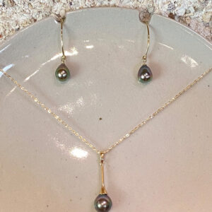 """POEARII """"the royal pearl"""" is a high quality Tahitian pearl set in gold that will give you a truly royal look and feeling."""