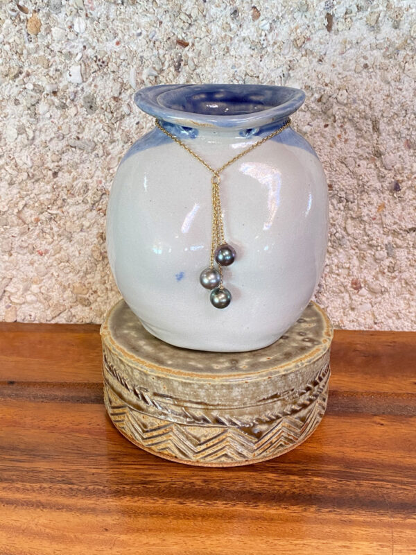 POEVAI the water pearl is three colorful pearls hanging like a waterfall on a gold filled chaîn.