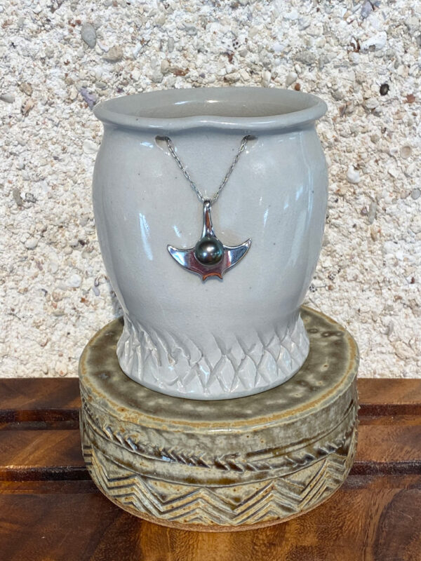 Gliding across the beautiful lagoon with a Tahitian Pearl on its back the Mantaray was a guide for early Polynesian navigators. This beautiful gem will guide and glide you through life.