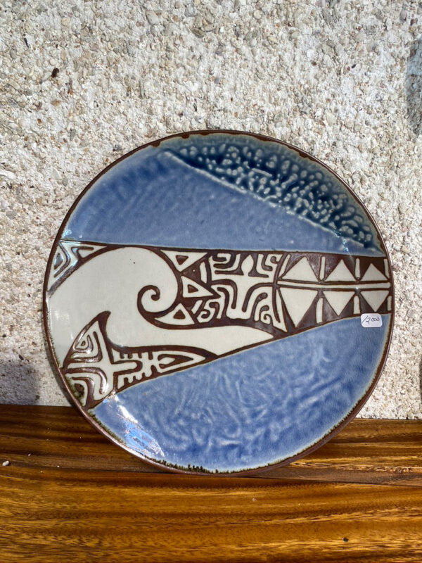 Round porcelain platter with Polynesian motifs glazed with white