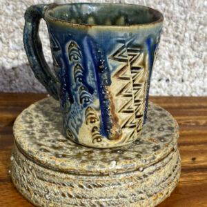 Tasse en porcelaine avec des motifs de tatouage tahitien.