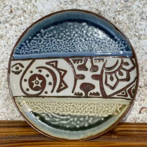 This large porcelain plate can be used as part of a dinner set or as an individual platter. The designs are alwalys unique and with Polynesian motifs . Glazed with white